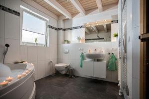 Bad mit Whirlpool und Sauna